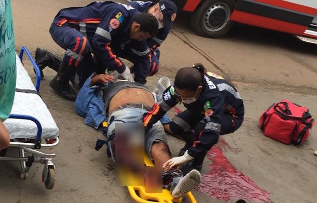 Motociclista tem perna dilacerada ao invadir preferencial e ser atingido por Hilux