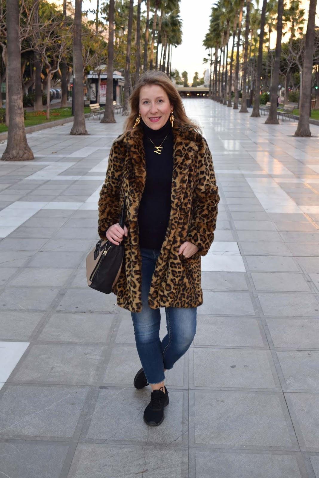 Abrigo_leopardo_con_sneakers