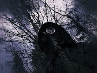 homem na floresta com mascara de gas