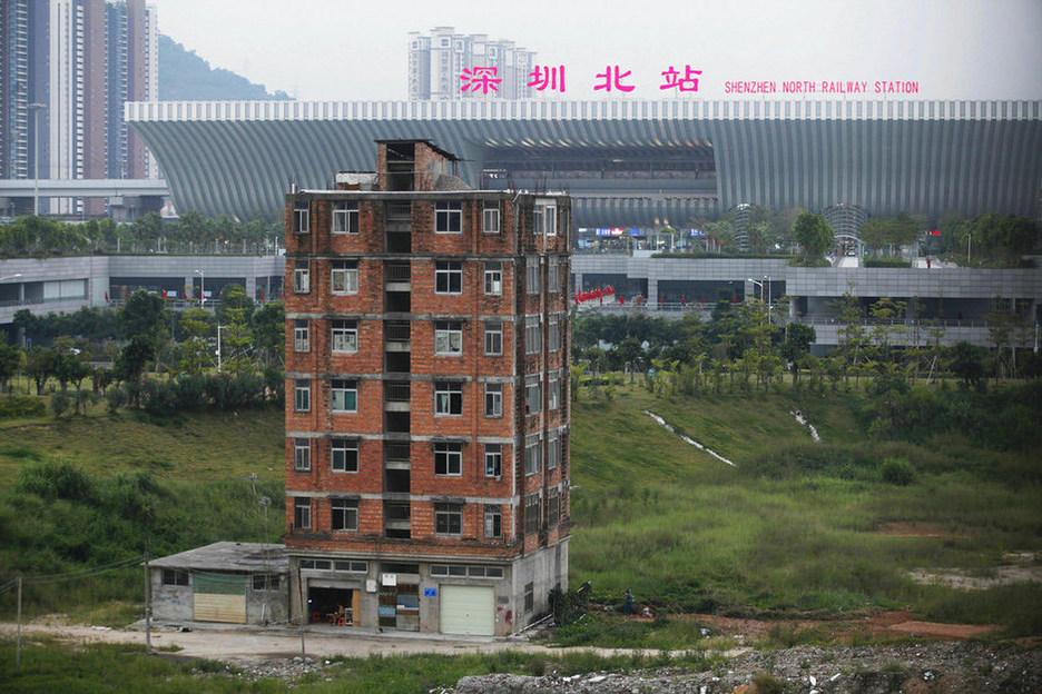 Rumah Paku dekat Stasiun Kereta Api di Shenzhen, Cina
