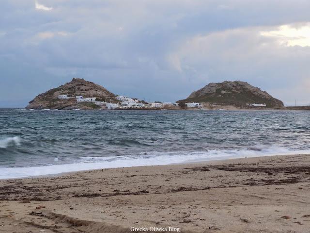 Wzburzone greckie morze. Zimowy krajobraz Mykonos. W tle dwie góry - Divounia, Cyklady, Grecja.