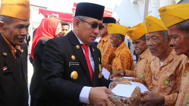 Gubernur Sulbar memberikan hadiah kepada para legiun veteran