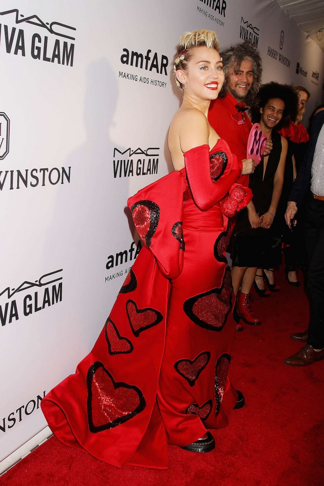 Miley Cyrus shows armpit hair in a strapless dress at the 2015 amfAR Inspiration Gala