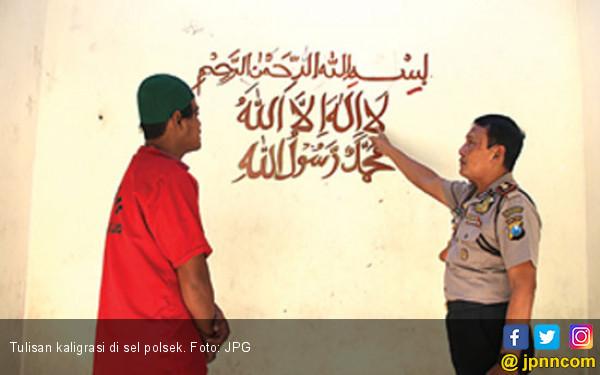 Kapolsek Kaget, Tahanan Tulis Kaligrafi di Tembok Sel