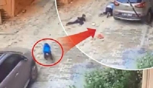 نجا بأعجوبة..بالفيديو أم تركية تدهس طفلها !!