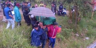 Air mata keluarga tidak terbendung saat jenazah Nia Kurniawati tiba di rumah duka di Lembang Jawa Barat, tidak ada yang menyangka momen liburan Tahun Baru kemarin menjadi liburan terakhir Nia Kurniawati yang berusia 35 tahun itu bersama dengan keluarga besarnya