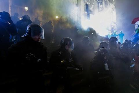 Itt a rendőrség közleménye: bűnözők viszik bele a bajba a tüntető fiatalokat
