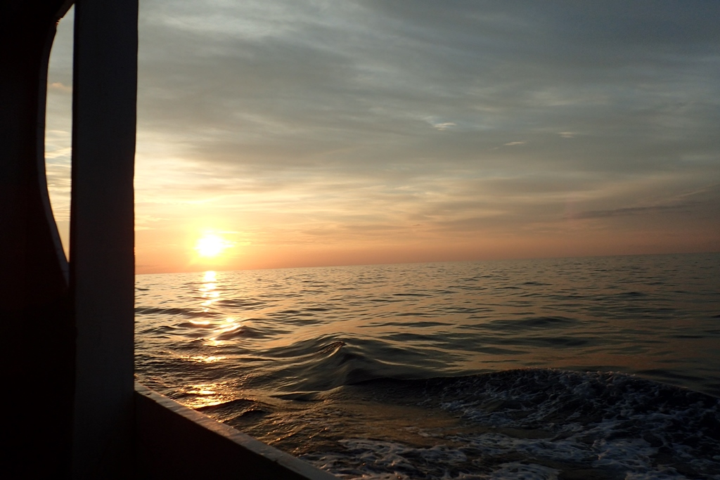 Matahari terbenam di belakang Kapal, Kita Menuju Timur Kapten!!
