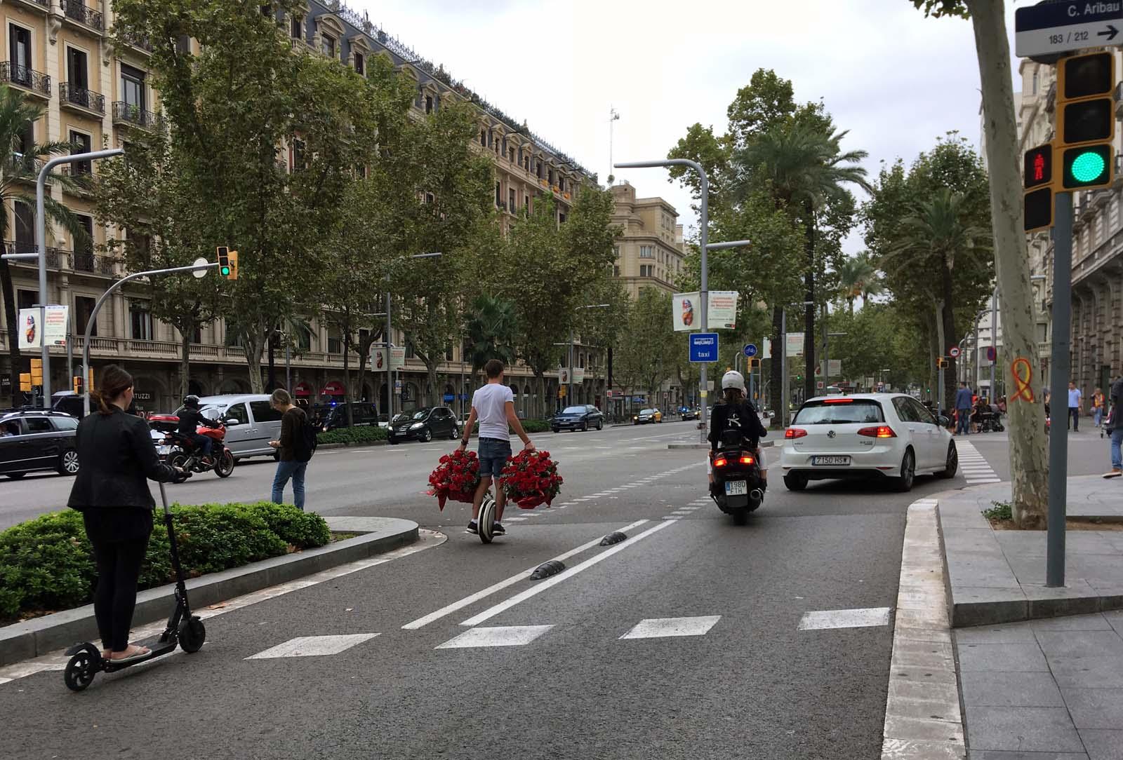 Repartidor de flores (y nuevas formas de movilidad). Diagonal/Aribau. Barcelona, octubre 2018