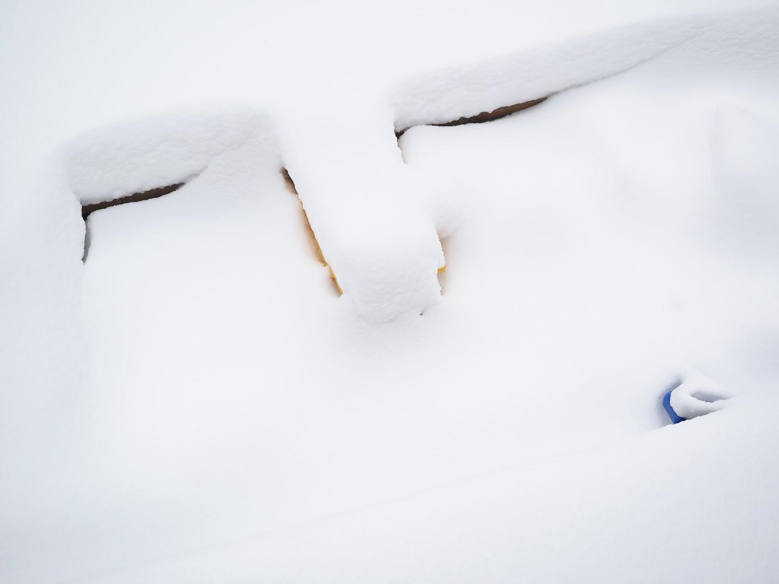 lumi, hiekkalaatikko, talvi yllätti