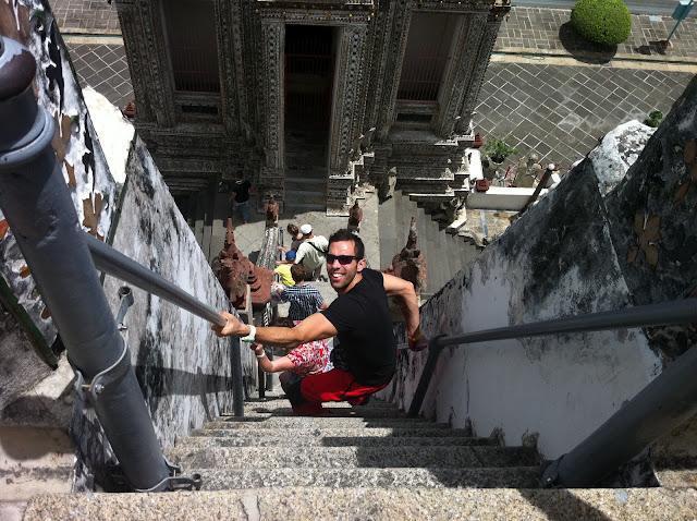 Antonio bajando las empinadas escaleras
