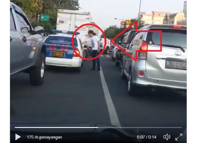 Video lucu seorang pria kembalikan sampah yang dibuang oleh oknum polisi ke jalan