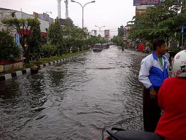 Banjir menggenangi Jl. KHZ Mustofa.  Sumber foto : NTMC POLRI @NTMCLantasPolri