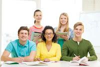 Alumnos sonrientes en aula