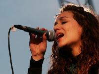 Daniela Herrero cantando