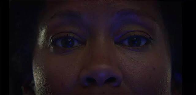Angela Abar cara a cara con el Doctor Manhattan