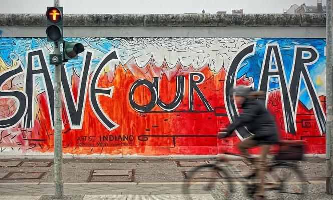 رسامو جرافيتي في برلين يحولون رموز النازية إلى فن