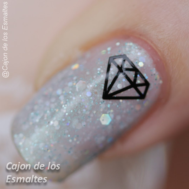 Uñas decoradas con diamantes