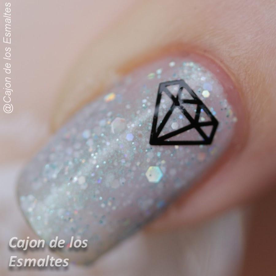 Uñas decoradas con diamantes