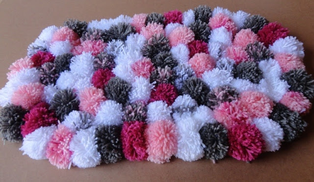Wool yarn rug in pompom step by step