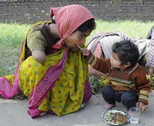 Kolu olmayan kıza yemek yediren çocuk