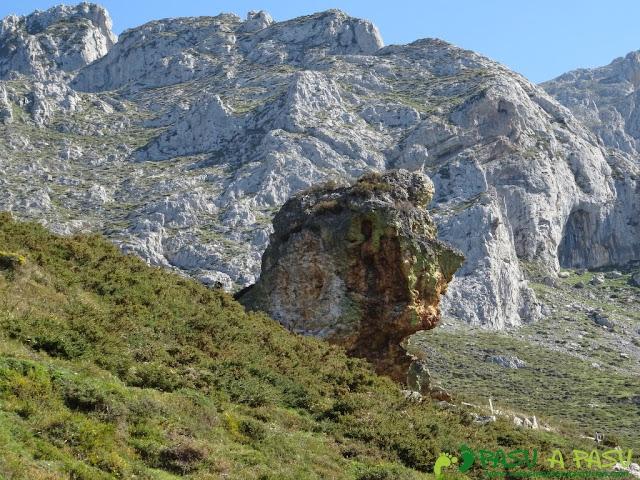Formaciones rocosas antes de la Canal de las Cuevas de Peña Mea