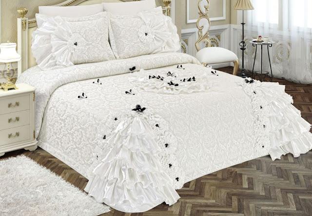 beyaz üzerine işlemeli çiçekli ve fırfırlı yatak örtüsü modelleri