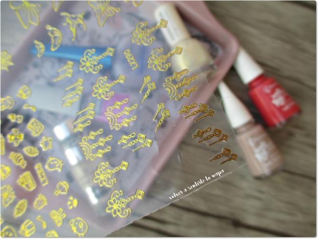 Manicura en coral y pegatinas doradas