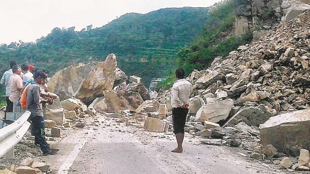 Image result for चट्टान टूटने से बंद हुआ हाईवे