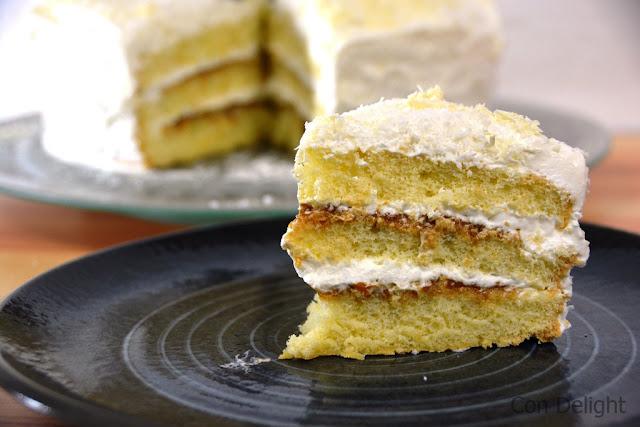 פרוסת עוגת קוקוס ריבת חלב slice of coconut dulce de leche cake