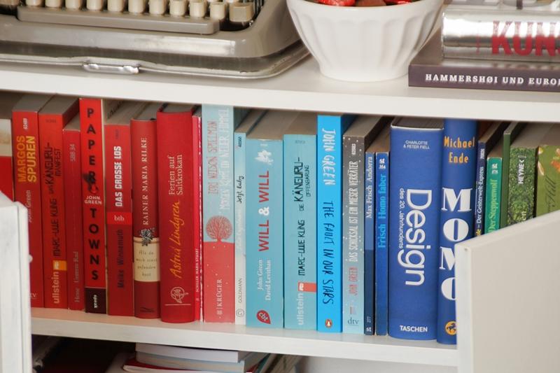 Bücherregal farblich sortiert Regenbogen bunt