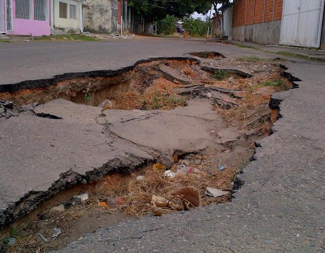 CRÁTER: La calle Arévalo González al Final poco a poco se está socavando y nadie le mete la lupa al problema. Apure.