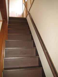 狭くて急な階段