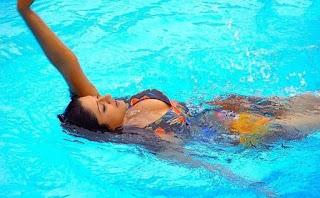 Berenang Dapat Mengencangkan Payudara Secara Alami dengan Cepat