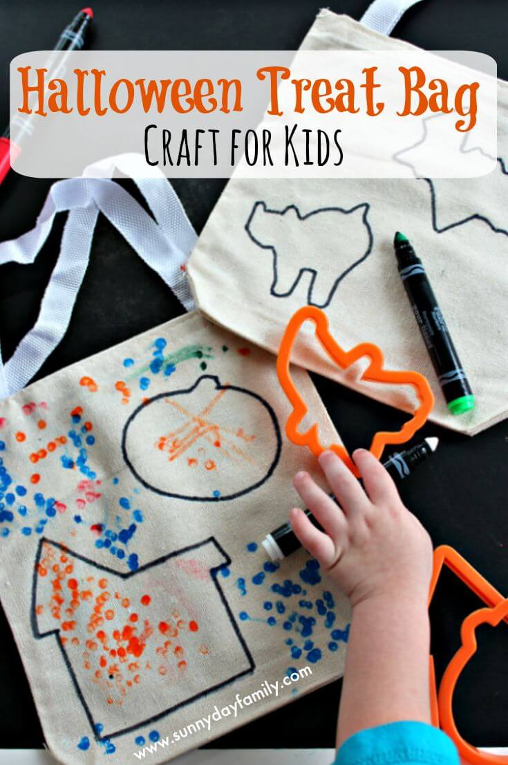 Easy Halloween treat bags to make for kids! Let kids decorate their own personalized Halloween treat bags with this fun Halloween craft.
