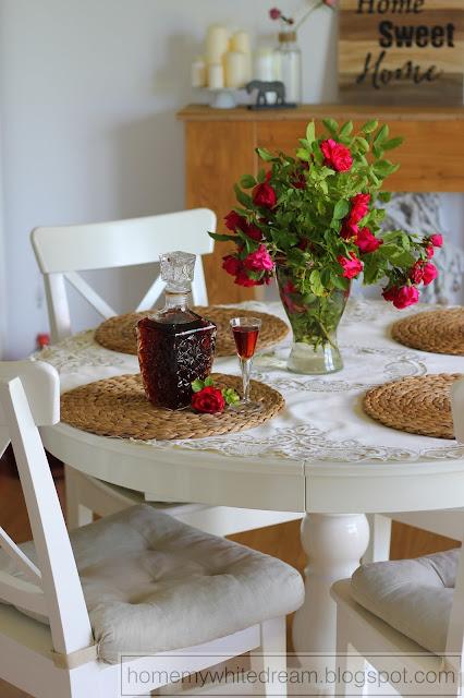 biały stół i krzesła, biały stół Ingatorp Ikea, karafka, kieliszek Ikea Svalka, Nalewka truskawkowa, nalewka z truskawek