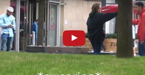 Pria Ini Lakukan Eksperimen Shalat Di Jalanan Dan Reaksi Non Muslim Sungguh Mengejutkan (Video)