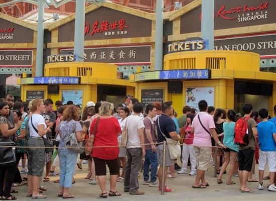 Cảnh xếp hàng khi mua vé tại trung tâm giải trí Universal Studio tại Singapore
