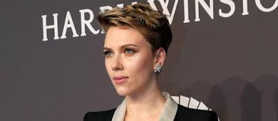 Scarlett Johansson faz rara aparição pública após separação
