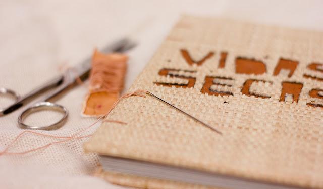 Foto da capa do livro Vidas Secas - feito de fibra natural.