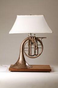 Lampu meja dari horn (alat musik tiup)