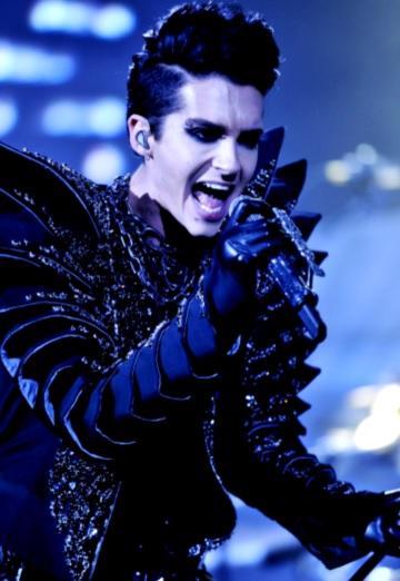 Foto de Bill Kaulitz cantando en concierto