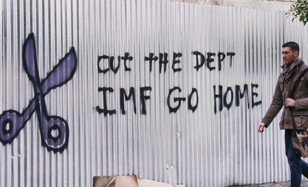 Bloomberg: Το ΔΝΤ να διαγράψει το ελληνικό χρέος και να αποχωρήσει