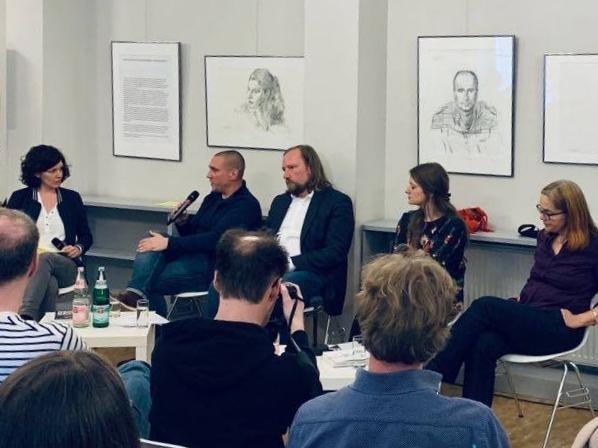 """Podium """"Rechtsextreme Strukturen in staatlichen Institutionen""""; Judith Rahner, Oliver von Dobrowolski, Dr. Anton Hofreiter, Christina Schmidt, Heike Kleffner"""
