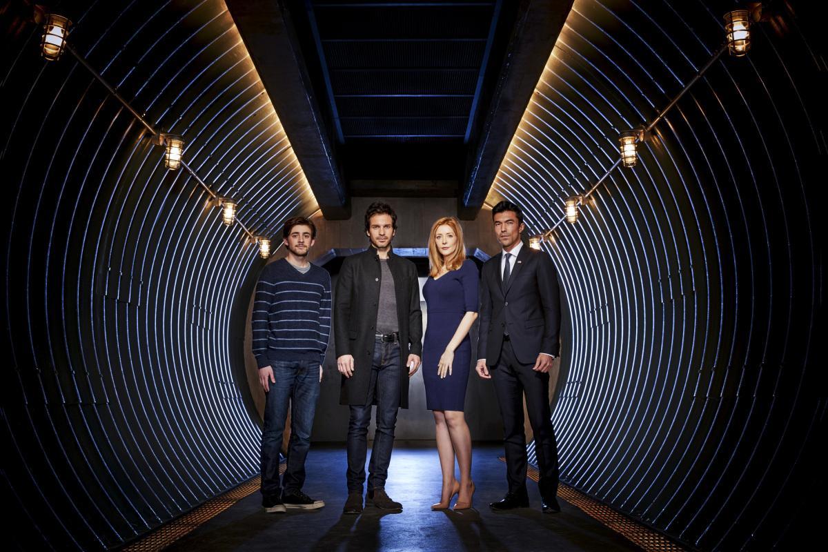 Charlie Rowe, Santiago Cabrera, Jennifer Finnigan e Ian Anthony Dale en una imagen promocional de Salvation de CBS