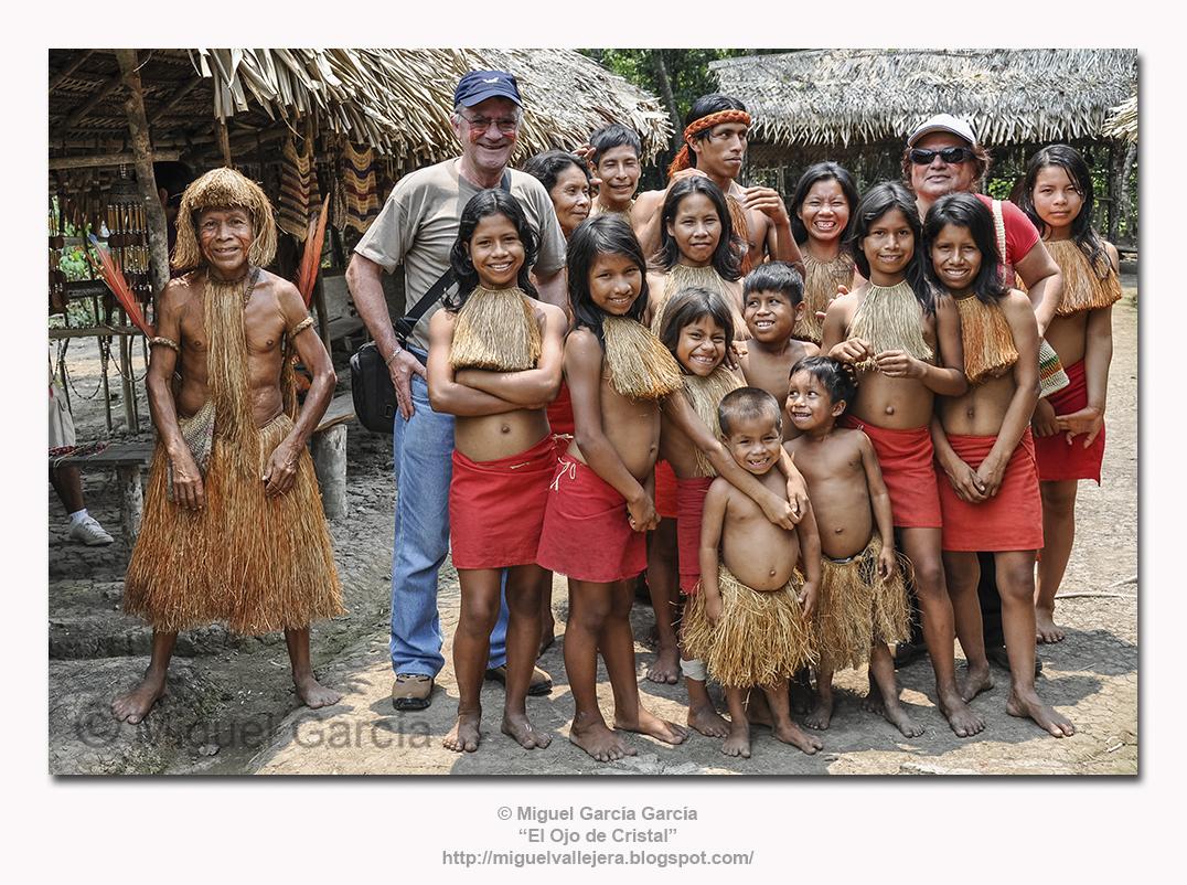 El fotógrafo con  Los Yaguas y el Jefe del poblado a la búsqueda de posiblemente las sonrisas más bellas del mundo.