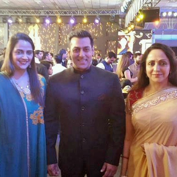 yay!! @beingsalmankhan with hema ji!! 😍