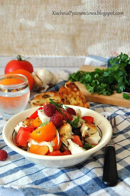 443. Sałatka z pomidorów, malin i koziego sera
