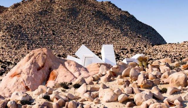 Arquitecto crea casa con contenedores en pleno desierto