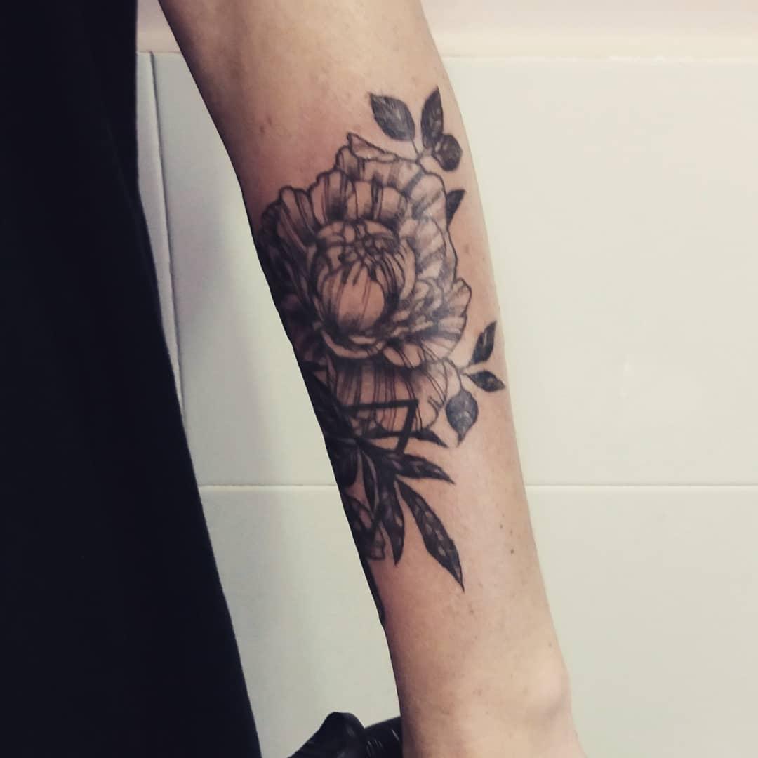 Tatuaje Flores En El Brazo Lanegra 2 - Tatuajes-flores-brazo